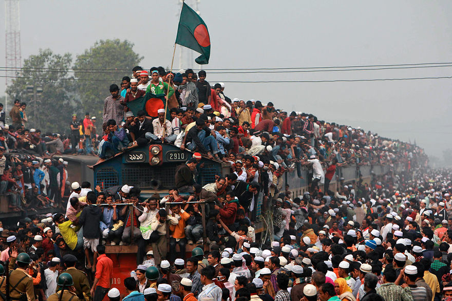 Thousands-of-Bangladeshi-Muslims-board-overcrowded-trains-as-they-try-to-return-home-after-attending-a-three-day-Islamic-Congregation-on-the-banks-of-the-river-Turag-in-Tongi-outskirts-of-Dhaka-Bangladesh-on-January-23-201