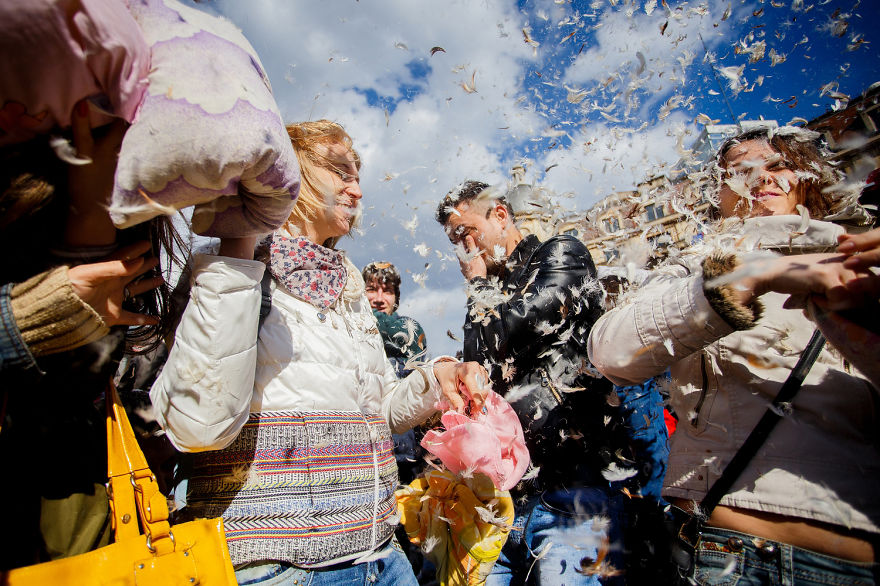 pillow-fight-documentary-photography_007__880