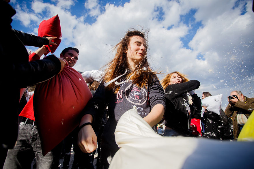 pillow-fight-documentary-photography_009__880