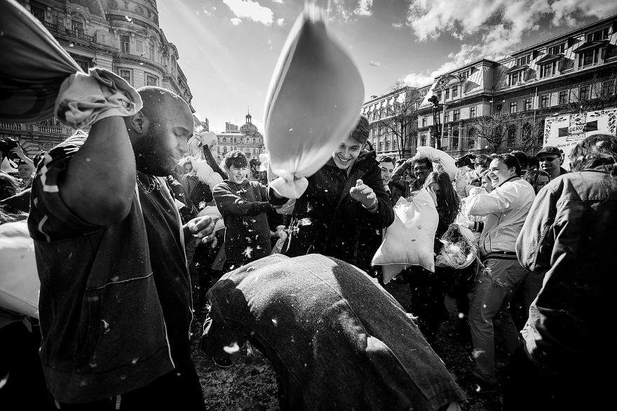 pillow-fight-documentary-photography_011__880