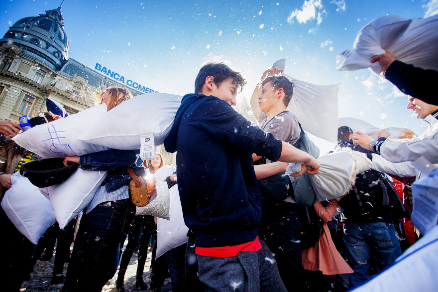pillow-fight-documentary-photography_013__880