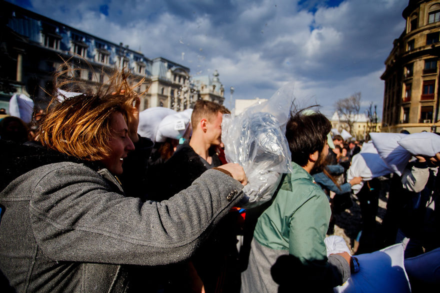 pillow-fight-documentary-photography_015__880