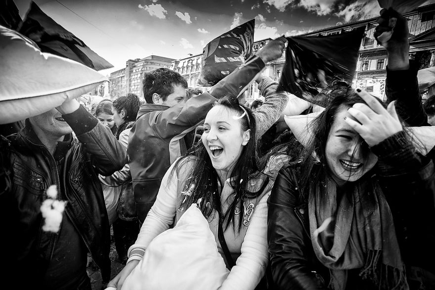 pillow-fight-documentary-photography_016__880