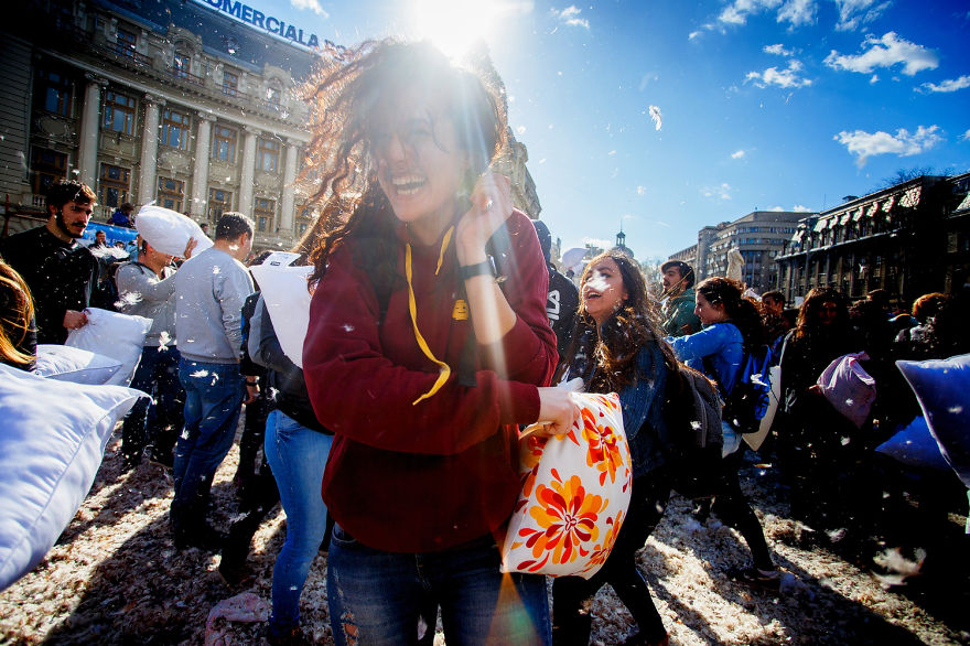 pillow-fight-documentary-photography_018__880