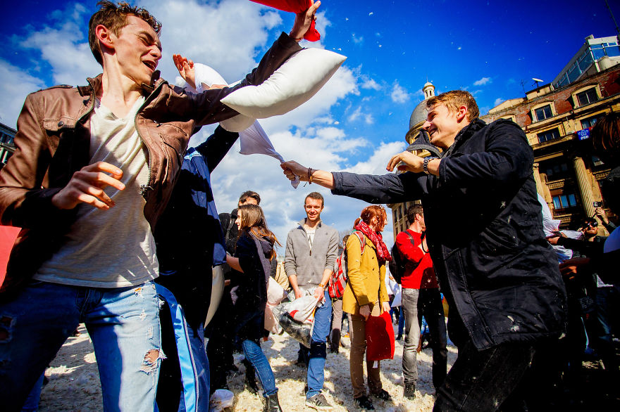 pillow-fight-documentary-photography_019__880