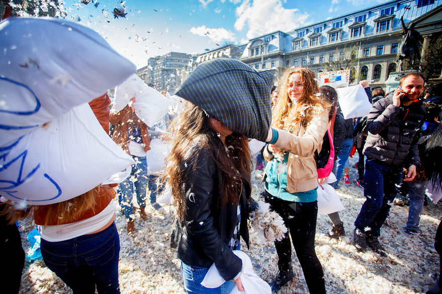 pillow-fight-documentary-photography_028__880