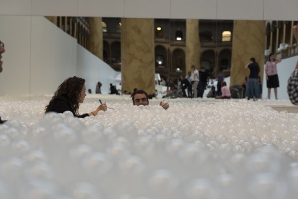 1438011695_18551310-r3l8t8d-1000-indoor-ball-pit-bubble-ocean-the-beach-snarkitecture-national-building-museum-raw