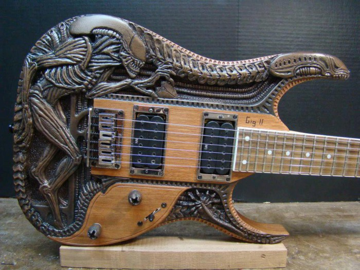 awesome_alien_guitar-700x525