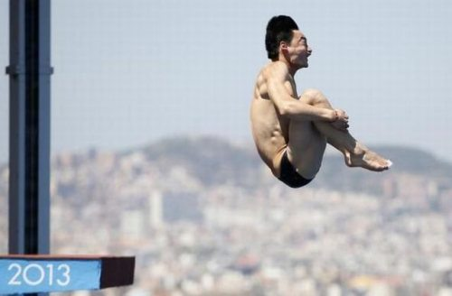 nicely_timed_sports_photos_swimmer_jumper