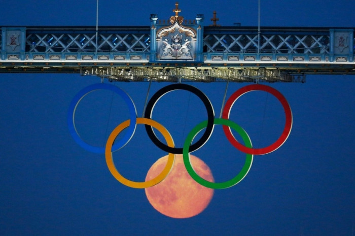 the_moon_rises_over_the_Olympic_games_in_London-700x467