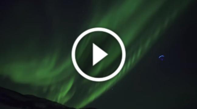 Політ на фоні полярного сяйва
