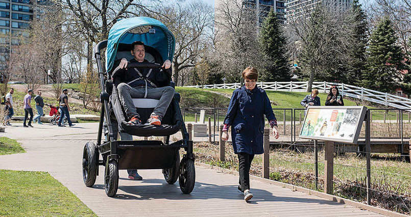 parents-can-test-drive-baby-strollers-by-riding-this-giant-version-805x426