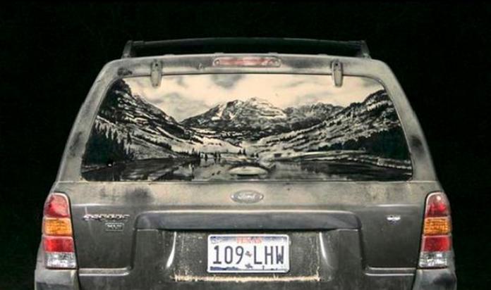 Шедевральні малюнки на брудних автомобілях
