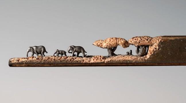 Сінді Чінн витесує зі стержнів олівців мініатюрні фігурки тварин