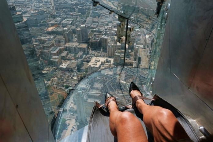 Новий атракціон у Лос-Анджелесі – скляна гірка на хмарочосі