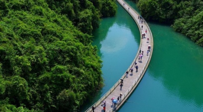 """""""Пішки по воді"""", – у Китаї з'явилася перша плаваюча алея"""
