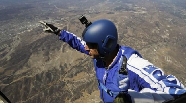 Екстримал Люк Ейкінс стрибнув з літака без парашута і вижив. Відео