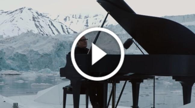 Легендарний Людовік Ейнауді зіграв на роялі посеред Північного Льодовитого океану