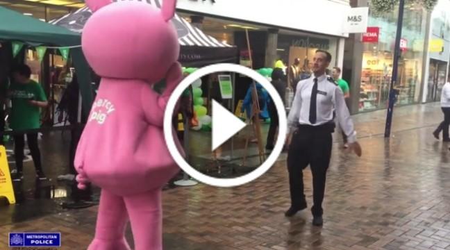 Британський поліцейський влаштував на вулиці танцювальний батл з рожевою свинкою