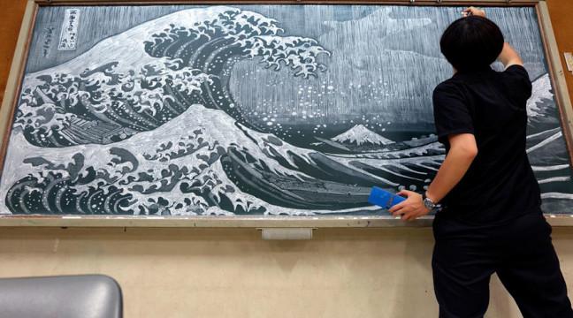 Японський вчитель заохочує учнів до навчання, малюючи на дошці круті картини