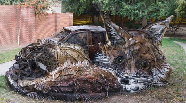 Португалець перетворює купи сміття у круті скульптури тварин
