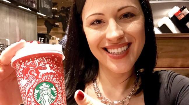 Українка Анна Буччіареллі розписала чашки Starbucks петриківським орнаментом