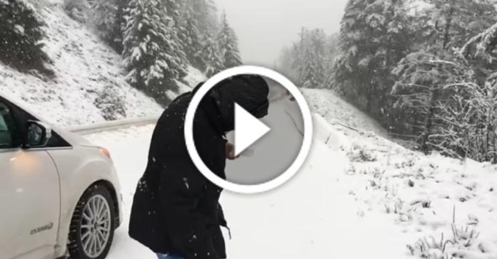 Син зняв на камеру, як мама радіє снігу. А мамі 101 рік