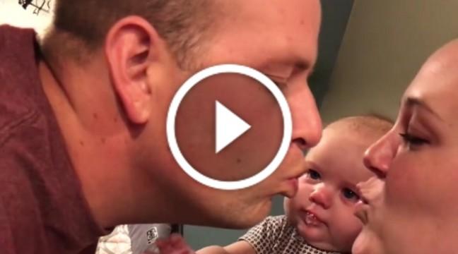 Ревниве немовля не може дивитися, як батьки цілуються