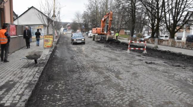 На Закарпатті вирішили проблему з ремонтом дороги, відкопавши стару австрійську бруківку