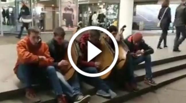 """Чудове виконання української пісні """"Шабелина"""" від вуличних бандуристів"""