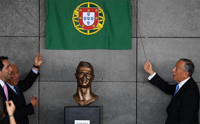 funny-cristiano-ronaldo-statue-fail-32-58dcc00ad2bb4__700
