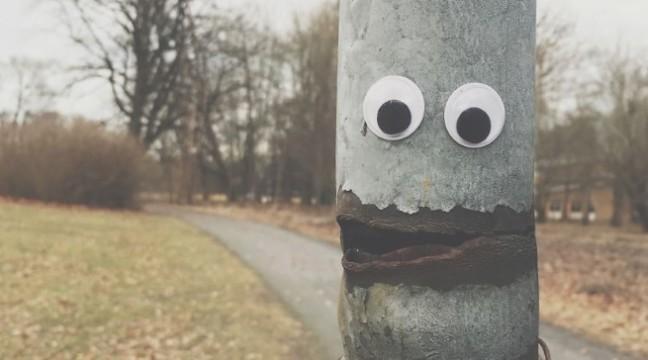 Якийсь дивак розвеселив жителів міста, поприклеювавши на різні об'єкти маленькі очі