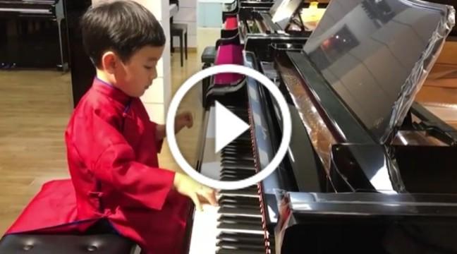 Послухайте, як цей 5-річний хлопчик грає на фортепіано. Фантастично!