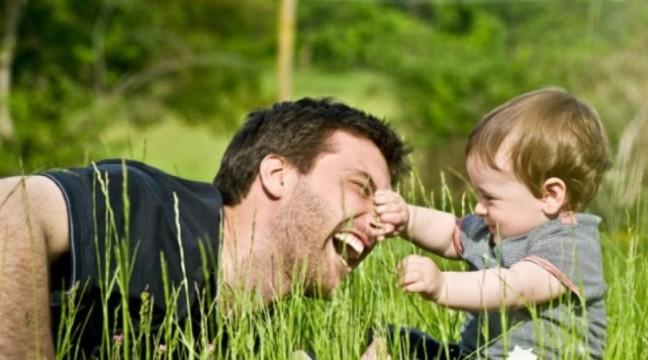 Смішна пародія на догляд за дітьми: різниця між мамою і татом