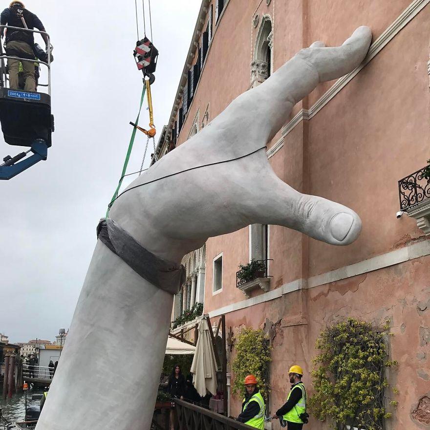 hands-sculpture-support-lorenzo-quinn-venice-24-591872406a648__880