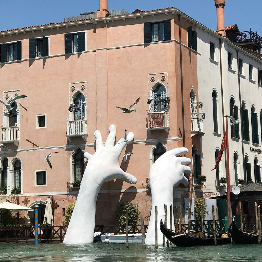 hands-sculpture-support-lorenzo-quinn-venice-27-5918728c40d12__880