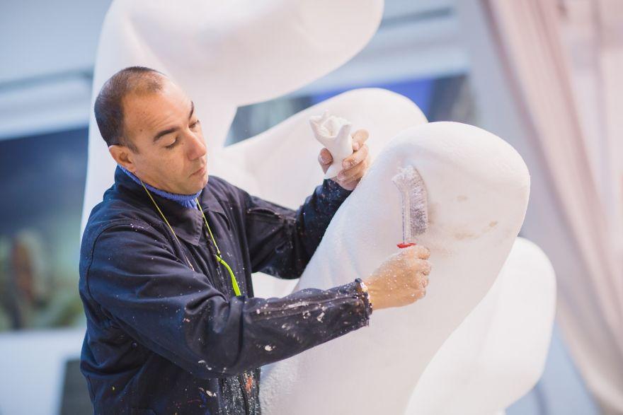 hands-sculpture-support-lorenzo-quinn-venice-59187433ba675__880