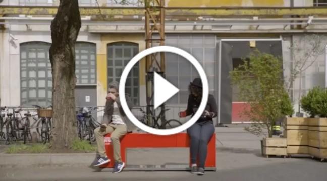 Компанія Nescafé придумала лавку, яка зближує незнайомців