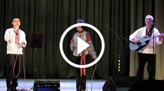 """Українська пісня """"Мамина світлиця"""" у виконанні в'єтнамського співака"""
