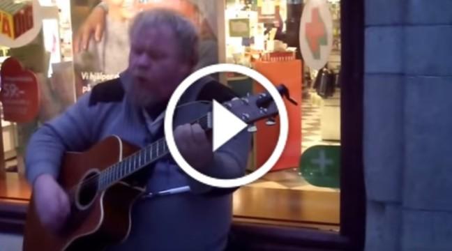 """Чудове живе виконання пісні """"Wind of Change"""" від звичайного вуличного музиканта"""