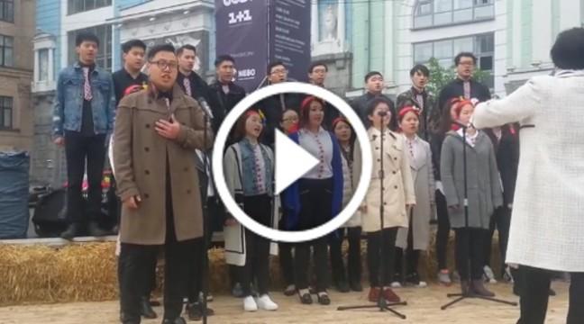 """Україна надихає! Китаєць виконав пісню """"Як тебе не любити, Києве мій"""" в самому центрі столиці"""