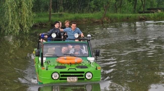 І по землі, і по воді: умілець з Івано-Франківська сконструював автомобіль-амфібію