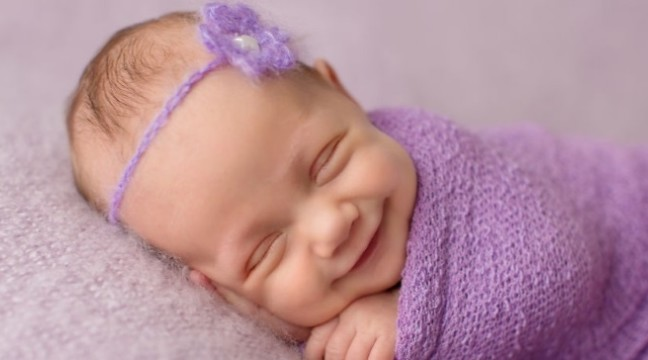 Поки немовлята сплять, фотограф ловить їхні перші усмішки