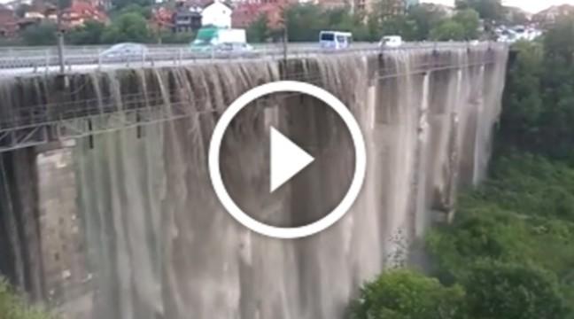 У Кам'янці-Подільському міст після дощу перетворився у водоспад
