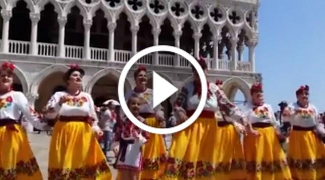 """Як наш """"Лісапетний батальйон"""" розважав перехожиш у Венеції. Відео для гарного настрою"""