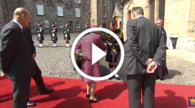 Поні намагався з'їсти букет британської королеви! Реакція Єлизавети здивувала