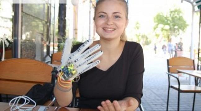 Українська студентка створила рукавичку, яка озвучує мову жестів