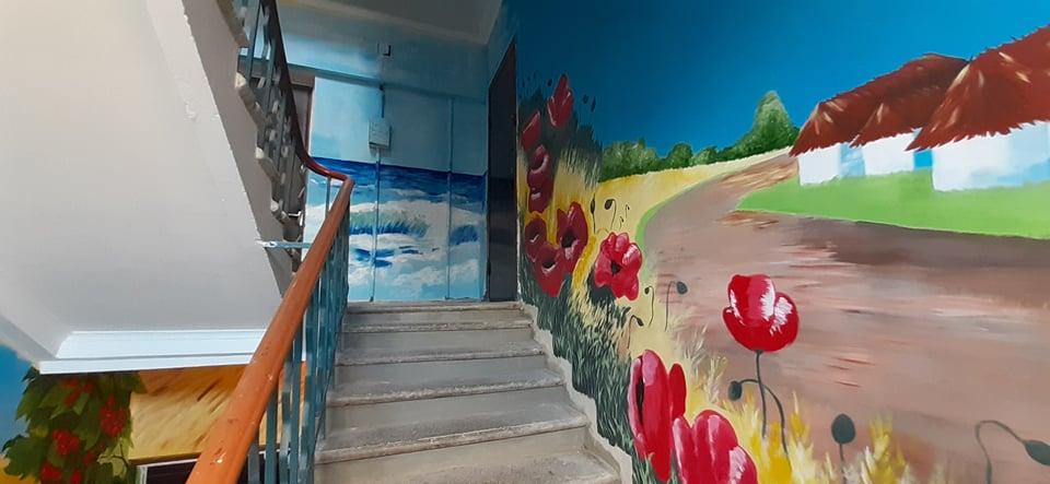 Как красиво, глаз не отвести: на Днепропетровщине мужчина подъезд превратил в картинную галерею  (Фото)